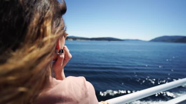 vídeos y material grabado en eventos de stock de libertad de mujer viajera: pelo en el viento sobre un ferry - pasajero