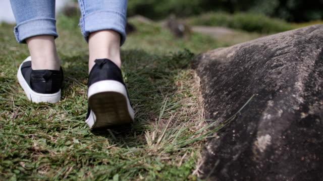 Reiziger voet tempo wandelen op de berg, slow-motion