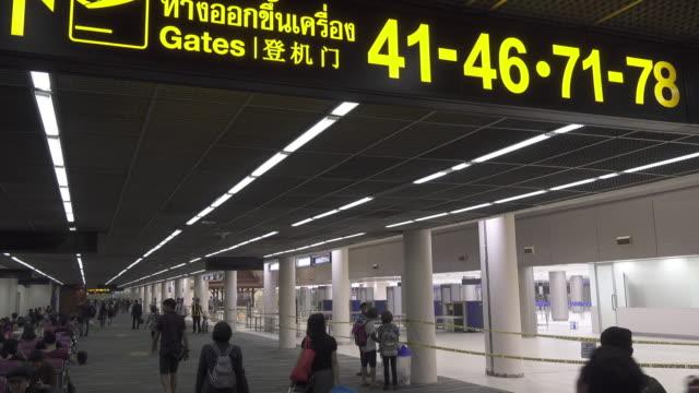 traveller spaziergang am flughafen-terminal - flugpassagier stock-videos und b-roll-filmmaterial