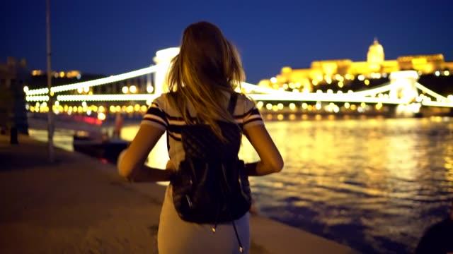 reisende zu fuß in budapest - budapest stock-videos und b-roll-filmmaterial
