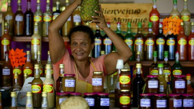 vidéos et rushes de traveller with local vendors on a caribbean market - martinique