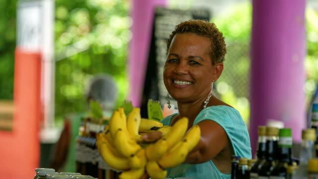 vidéos et rushes de traveller with local vendors on a caribbean market - banane fruit exotique