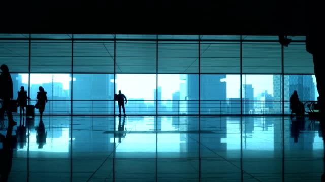 vidéos et rushes de voyageurs en transit corridor - porte structure créée par l'homme