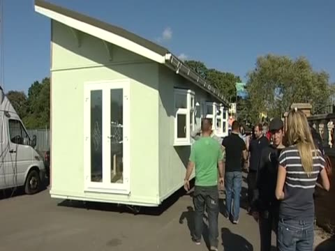 travellers move house from dale farm following the eviction order essex uk - デールファーム点の映像素材/bロール