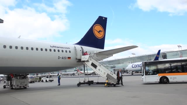 travellers stand by electronic ticket machines, operated by deutsche lufthansa ag, at frankfurt airport in frankfurt, germany, on wednesday, 31 july... - passagier stock-videos und b-roll-filmmaterial