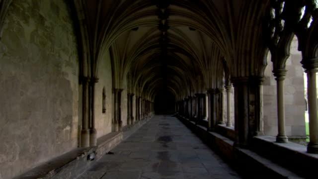 vídeos de stock, filmes e b-roll de travelling along the arcade of norwich cathedral. available in hd. - pedra material de construção