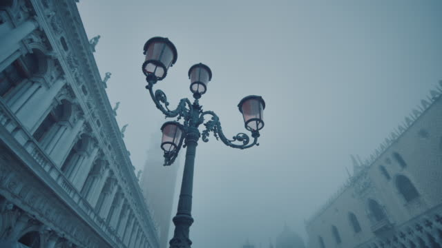 CU - Travelling around a Lamp post at St. Mark's Square