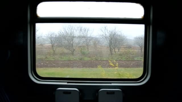 anreise mit dem zug und blick durch fenster - eisenbahnwaggon stock-videos und b-roll-filmmaterial