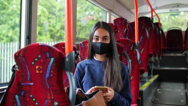 vídeos de stock, filmes e b-roll de viajando durante covid 19 - só uma adolescente menina