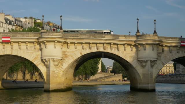 ポン ・ ヌフ、パリに旅行 - ポンヌフ点の映像素材/bロール