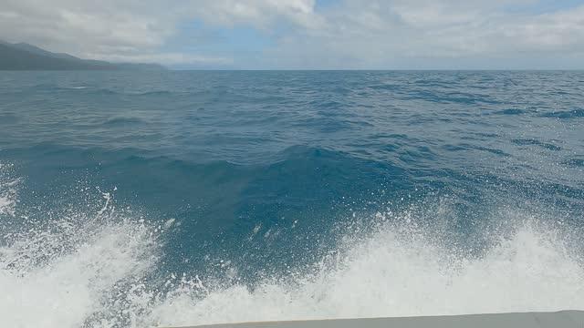 travelling in speedboat at sea, waves, tropical coastline australia - bootsperspektive stock-videos und b-roll-filmmaterial