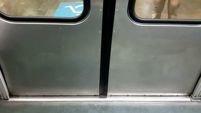 vídeos de stock, filmes e b-roll de viajando no metrô - embarcar