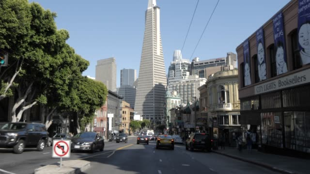 vídeos y material grabado en eventos de stock de travelling on columbus street towards transamerica pyramid, san francisco, california, united states of america, north america - pirámide transamerica san francisco