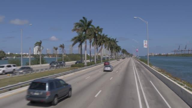 vidéos et rushes de travelling on macarthur causeway toward south beach, miami, florida, united states of america, north america - miami