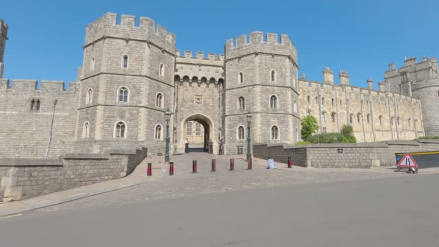 travelling shot of a deserted windsor castle, filmed on the queen's 94th birthday, who is self-isolating in the castle due to the coronavirus... - ウィンザー城点の映像素材/bロール