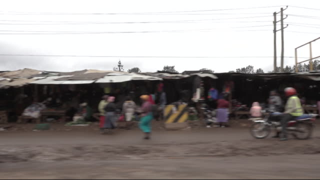 vídeos de stock, filmes e b-roll de pov travelling shot past nairobi markets - moving past
