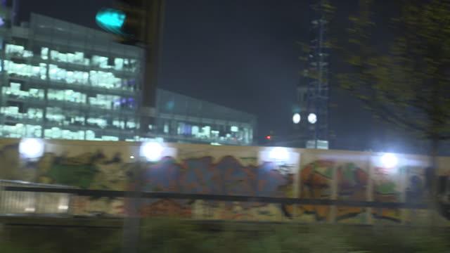 travelling shot through croydon at night - ロンドン クロイドン点の映像素材/bロール