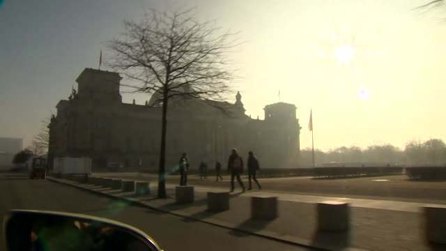 """travelling shot toward the reichstag parliament building in berlin - """"bbc news"""" stock-videos und b-roll-filmmaterial"""