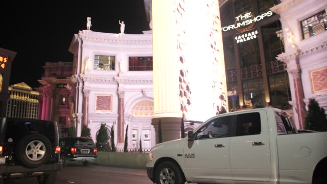 vídeos de stock e filmes b-roll de travelling the strip at night by car, las vegas, nevada, united states of america, north america - figura masculina