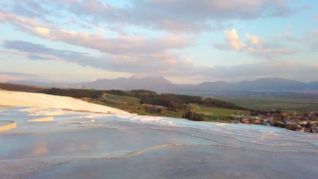 Travertijn zwembaden in het oude Hierapolis in Pamukkale in Denizli