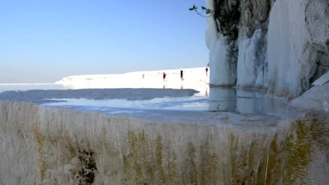 vídeos de stock, filmes e b-roll de travertine pools in pamukkale - piscina térmica