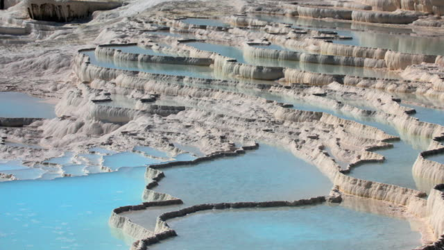 vídeos de stock, filmes e b-roll de ms zo ws travertine terraces, pamukkale, denizli, turkey - piscina térmica