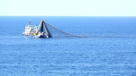 stockvideo's en b-roll-footage met vissersboot 06 trawl - fishing industry
