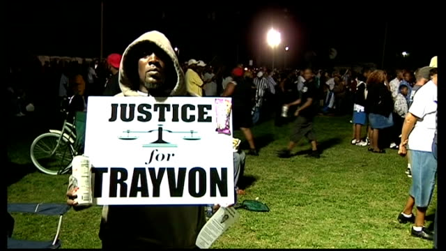 vídeos de stock, filmes e b-roll de george zimmerman found 'not guilty' protests 2332012 / t23031240 black man stands at prtest rally holding placard 'justice for trayvon' - veredicto