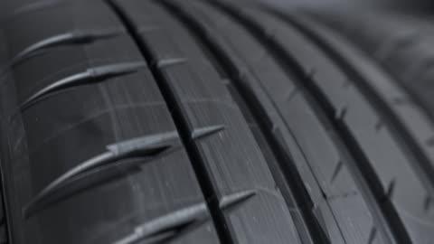 profilmuster auf einen auto-strassenreifen - rohmaterial stock-videos und b-roll-filmmaterial
