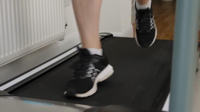 stockvideo's en b-roll-footage met loopband lopen. slow-motion. - huishuidkunde