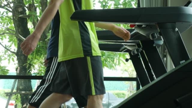 vídeos de stock, filmes e b-roll de exercício da esteira rolante - esteira rolante aparelho de musculação