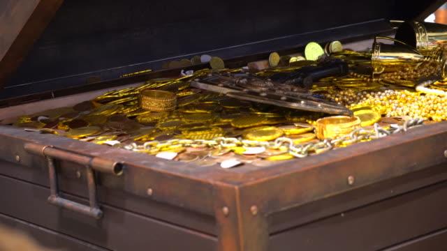 vídeos y material grabado en eventos de stock de cofre del tesoro - en búsqueda