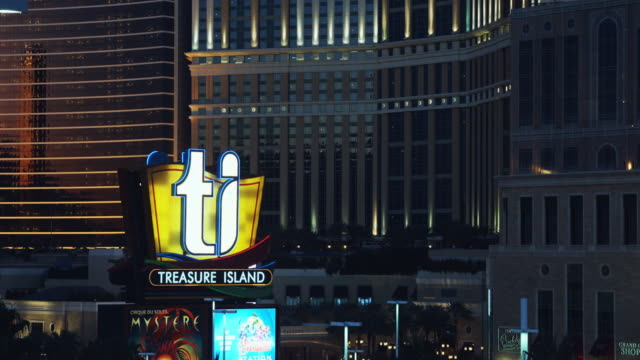 vídeos de stock e filmes b-roll de treasure island hotel and casino, las vegas - painel publicitário eletrónico