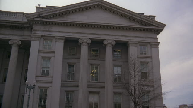 la treasury building facade with pediment and columns / washington, d.c., united states - frontgiebel stock-videos und b-roll-filmmaterial