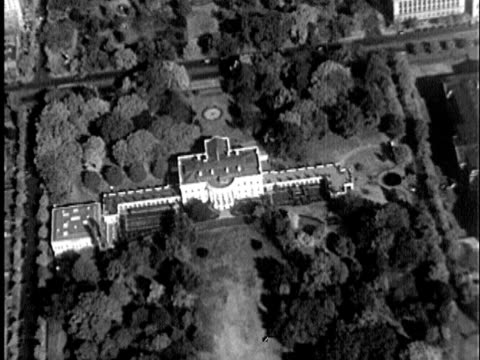 1935 b/w aerial us treasury building, the white house, former state and war department building / audio - 財務省ビル点の映像素材/bロール