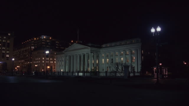 ws us treasury department at night / washington, d.c., united states - 財務省ビル点の映像素材/bロール