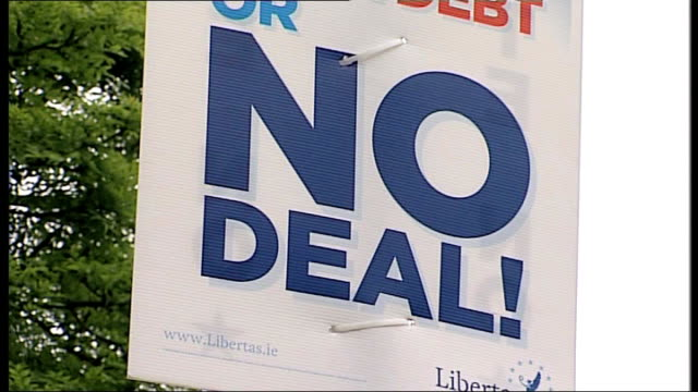 treaty referendum: polls close; republic of ireland: dublin: ext 'vote no', 'no deal' and 'no deal? no' posters man begging on bridge with no... - street light stock videos & royalty-free footage