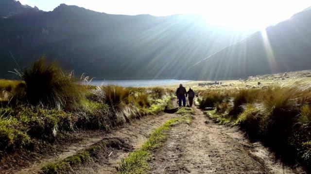senderismo Silueta en Mojanda laguna Ecuador