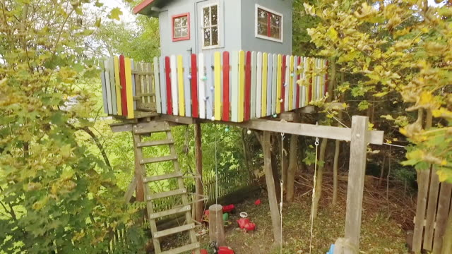 vídeos de stock, filmes e b-roll de treehouse in the garden at sunset - treehouse
