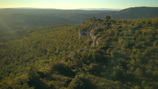 vídeos de stock, filmes e b-roll de tree-lined limestone escarpment in aix en provence - aix en provence