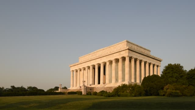 trees and shrubs surround the lincoln memorial on the national mall. - lincolndenkmal stock-videos und b-roll-filmmaterial