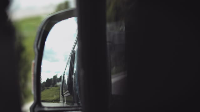 vidéos et rushes de arbres sur la montagne vues à travers le miroir de côté-vue - remote location