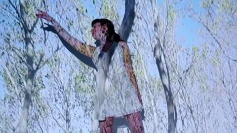 vídeos y material grabado en eventos de stock de proyección de árboles con una bailarina - projection