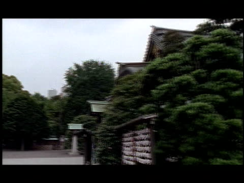 vídeos de stock e filmes b-roll de trees surround yasukuni shrine in japan. - televisão de ultra alta definição