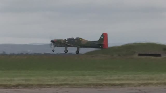 stockvideo's en b-roll-footage met treinta anos despues los pilotos de la fuerza aerea argentina recuerdan con orgullo su desafío durante la guerra de las malvinas voiced pilotos... - atlantische eilanden