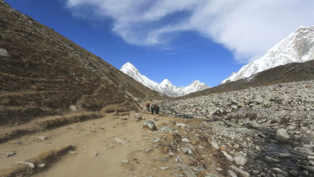 trekkers on the dughla pass, sagarmatha national park, himalayan mountains, nepal - mt everest national park stock videos and b-roll footage