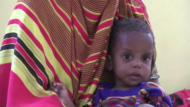tres anos despues de una hambruna causada por el conflicto y la sequia que mato a casi el 10% de los ninos de somalia todavia hay mas de 200000 ninos... - corno d'africa video stock e b–roll
