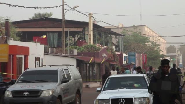 tres malies y dos europeos murieron despues de que un hombre abriera fuego en un restaurante muy frecuentado por expatriados en la capital del pais... - restaurante stock videos & royalty-free footage