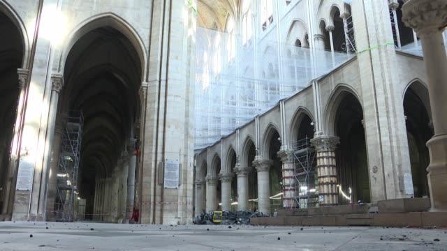 tres meses despues del incendio que devasto una parte de la catedral de notre dame de paris en su interior se siente un extrano vacio con escombros... - delante de stock videos and b-roll footage