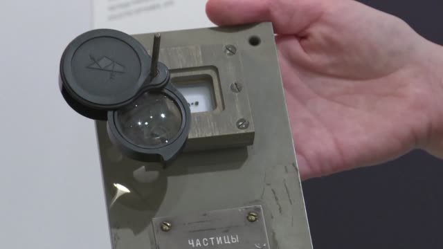 stockvideo's en b-roll-footage met tres muestras de roca lunar tomadas durante una mision sovietica no tripulada en 1970 fueron compradas en un lote por 855.000 dolares en un remate... - roca